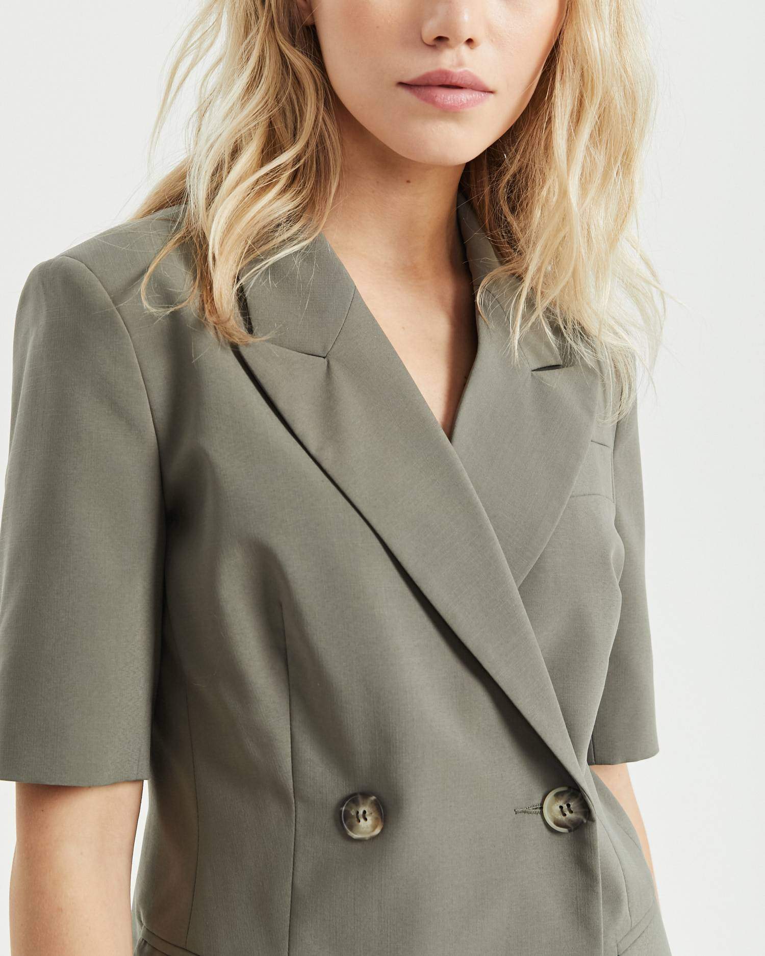 Fitted cropped sleeve jacket