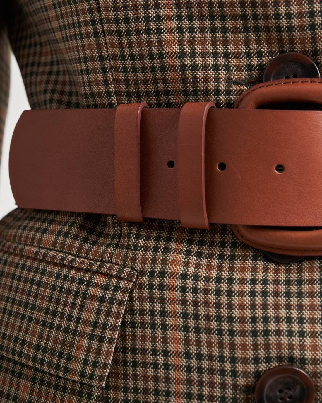Round buckled leather belt