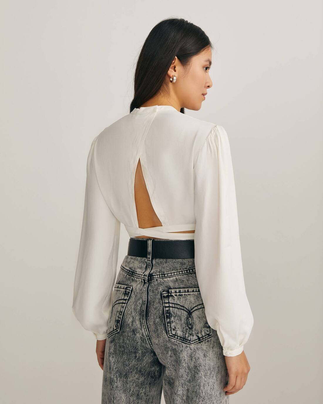 Cropped blouse with open back and puff sleeves